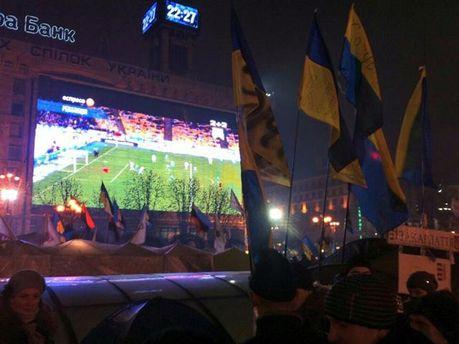 Сегодня на Евромайдане смотрели футбол