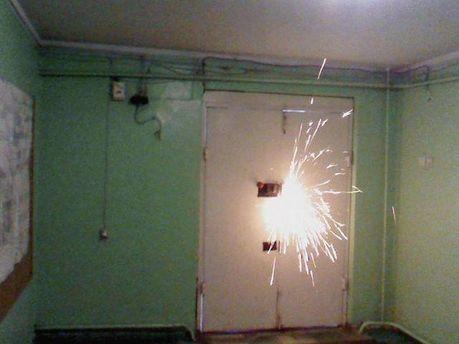 Взламывают двери в офис ТРК