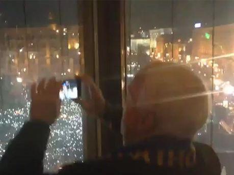 Маккейн снимает концерт ОЭ на Евромайдане
