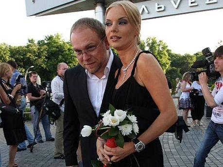 Наталья Окунская и Сергей ВласенкоВласенко подчеркнул, что никогда не применял какой-либо физической силы против Окунской, с которой прожил в браке два года и уже более пяти в разводе с ней.  Он убежден, что уголовное производство против него сфальсифицир