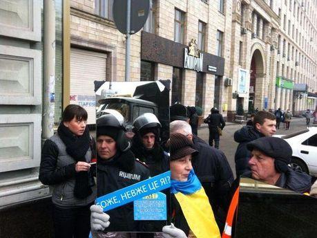 Жінки Євромайдану прийшли до міліціі з дзеркалами (Фото)