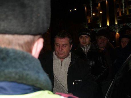 Мужчина с машины милиции