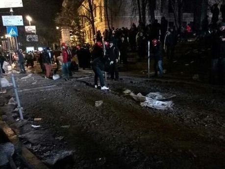 Протестующие заготавливают бить плитку и брусчатку