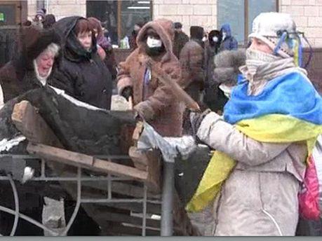 Женщины пришли поддержать молодежь на Грушевского