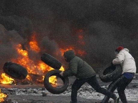 Активісти спалюють шини
