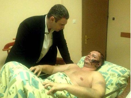 Дмитрий Булатов и Виталий Кличко в больнице