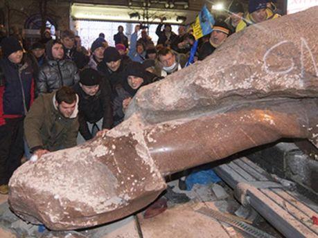 Снесение памятника Ленину