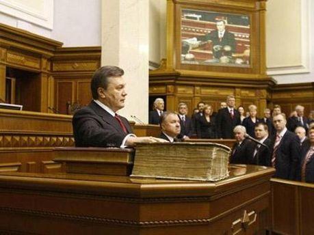 Віктор Янукович складає присягу на Конституції