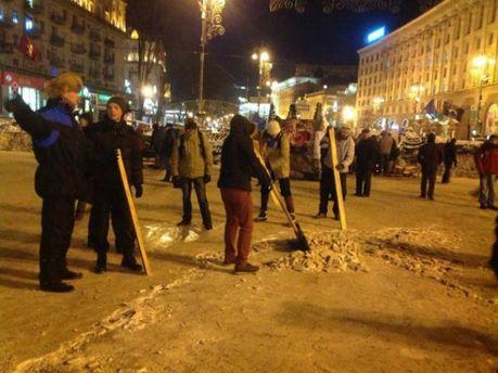 Активисты убирают Майдан