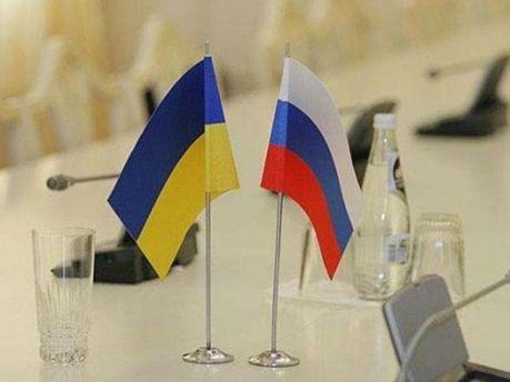 Украинский и российский флаги