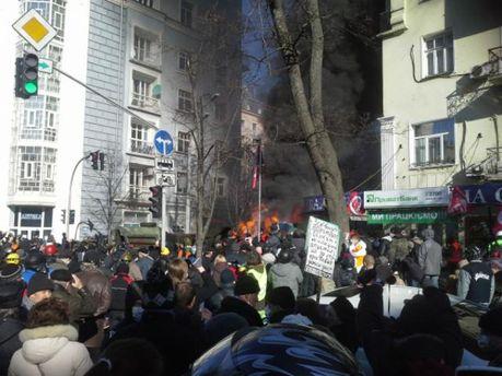 На улице Шелковичная активисты подожгли два