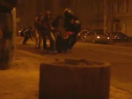 Активисты оттягивают подстреленного