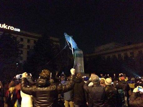 У Дніпропетровську також скинули пам'ятник Леніну