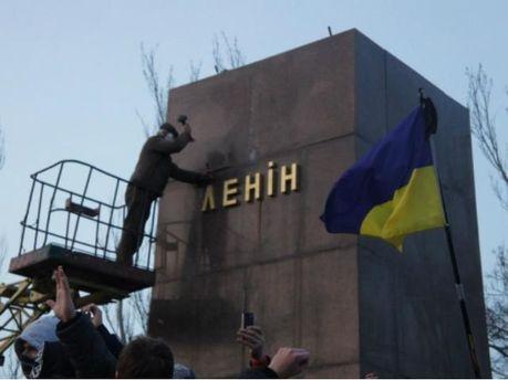 В Николаеве повалили Ленина