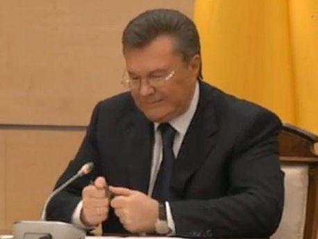 Янукович зламав ручку, коли просив вибачення в українців (Відео)