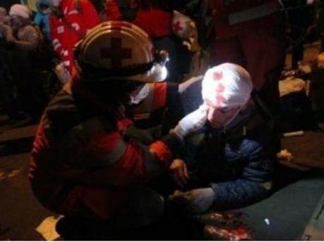 Медики надають допомогу постраждалим на Майдані