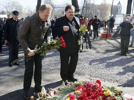 Андрей Садовый и Владимир Бондаренко возлагают цветы