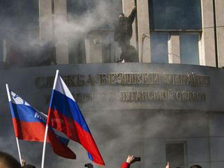 Захваченное здание СБУ в Луганске