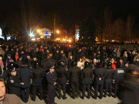 У Миколаєві правоохоронці трьома кордонами захищають ОДА від штурму (Фото)