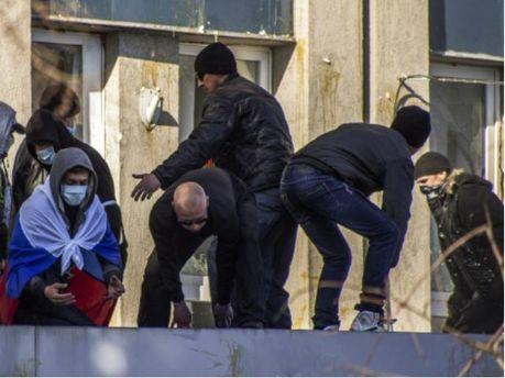 Сепаратисти бояться штурму і зміцнюють барикади біля будівлі СБУ в Луганську