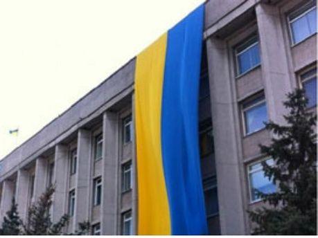 Херсонську міськраду прикрашає велетенський прапор України (Фото)