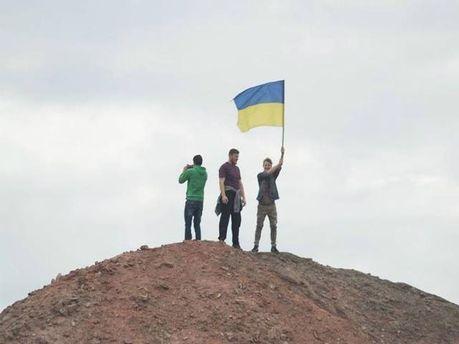 Студенты установили флаг Украины на терриконе