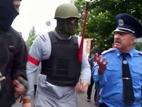 Дмитрий Фучеджи в окружении сепаратистов