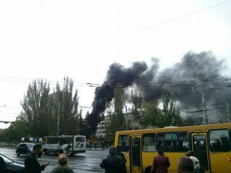 Вокруг здания Мариупольского горсовета сепаратисты дважды поджигали шины