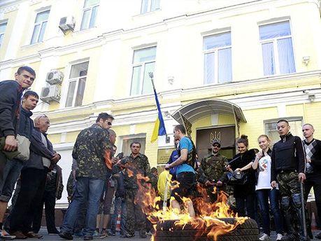 Активісти палять шини