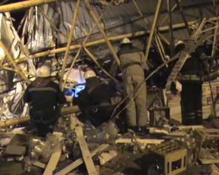 Обломки после падения крана в Харькове