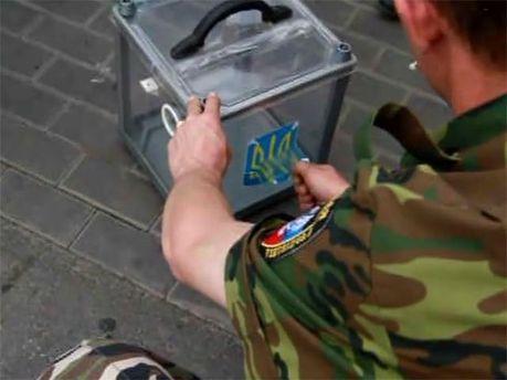 Сепаратист уничтожает урну для голосования