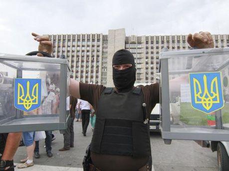 Виборчі скриньки в руках у терориста