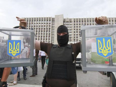 Избирательные ящики в руках у террориста