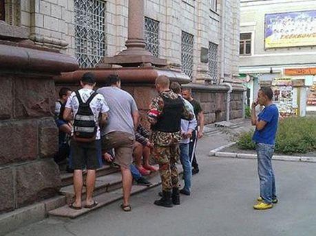 Люди під будівлею БТІ в Житомирі
