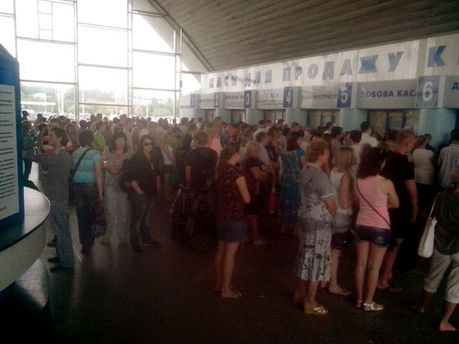 ФОТО ДНЯ: на луганському вокзалі — велетенські черги до кас