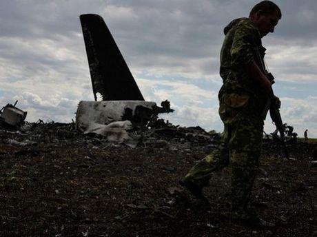 Біля збитого літака
