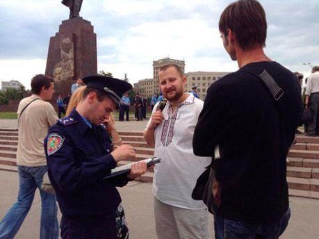 Милиционеры составляют админпротокол на активистов