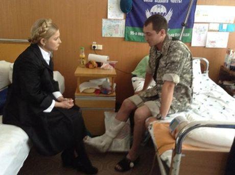 Юлия Тимошенко навещает раненого военнослужащего