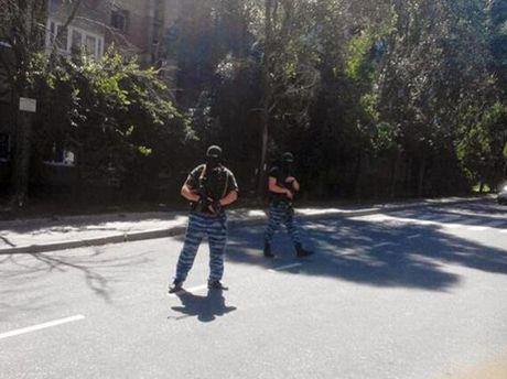 Под зданием Донецкой областной милиции