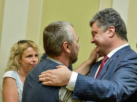 Петр Порошенко и освобожденные заложники