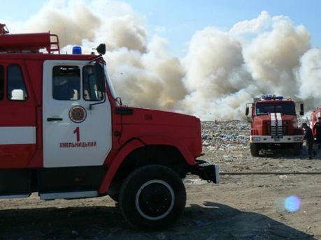 Чрезвычайники пытаются ликвидировать пожар