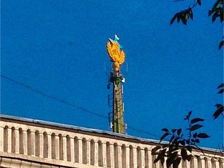Украинский флаг на высотке в Москве