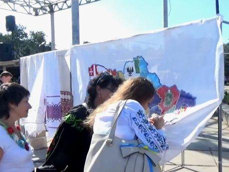 В Маріуполі люди зібралися на акцію за єдину Україну (Відео)