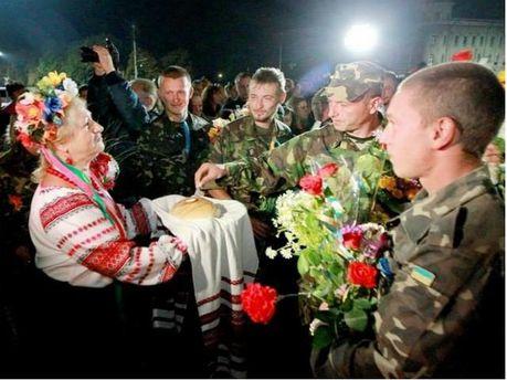 ФОТО ДНЯ: Как в Черниговской области встретили танкистов, которые вернулись из зоны АТО