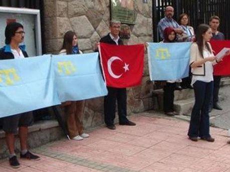 Крымские татары протестуют