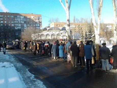Очередь в Донецке за гуманитарной помощью