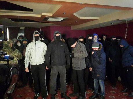 Невідомі люди у масках