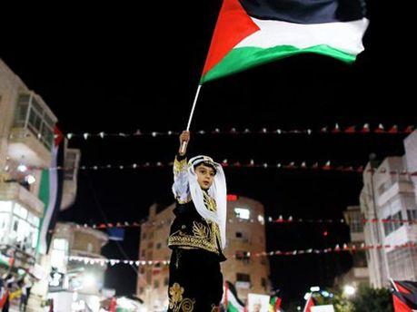 Ребенок с флагом Палестины