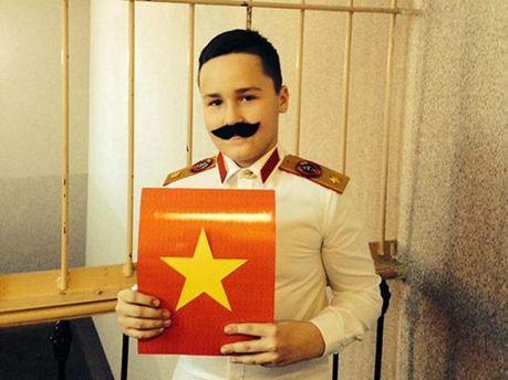 Мальчик в костюме Сталина