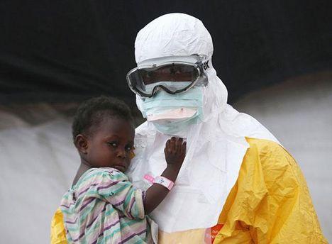 Врачи спасают людей от Эболы